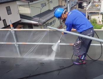 屋根の高圧洗浄になります